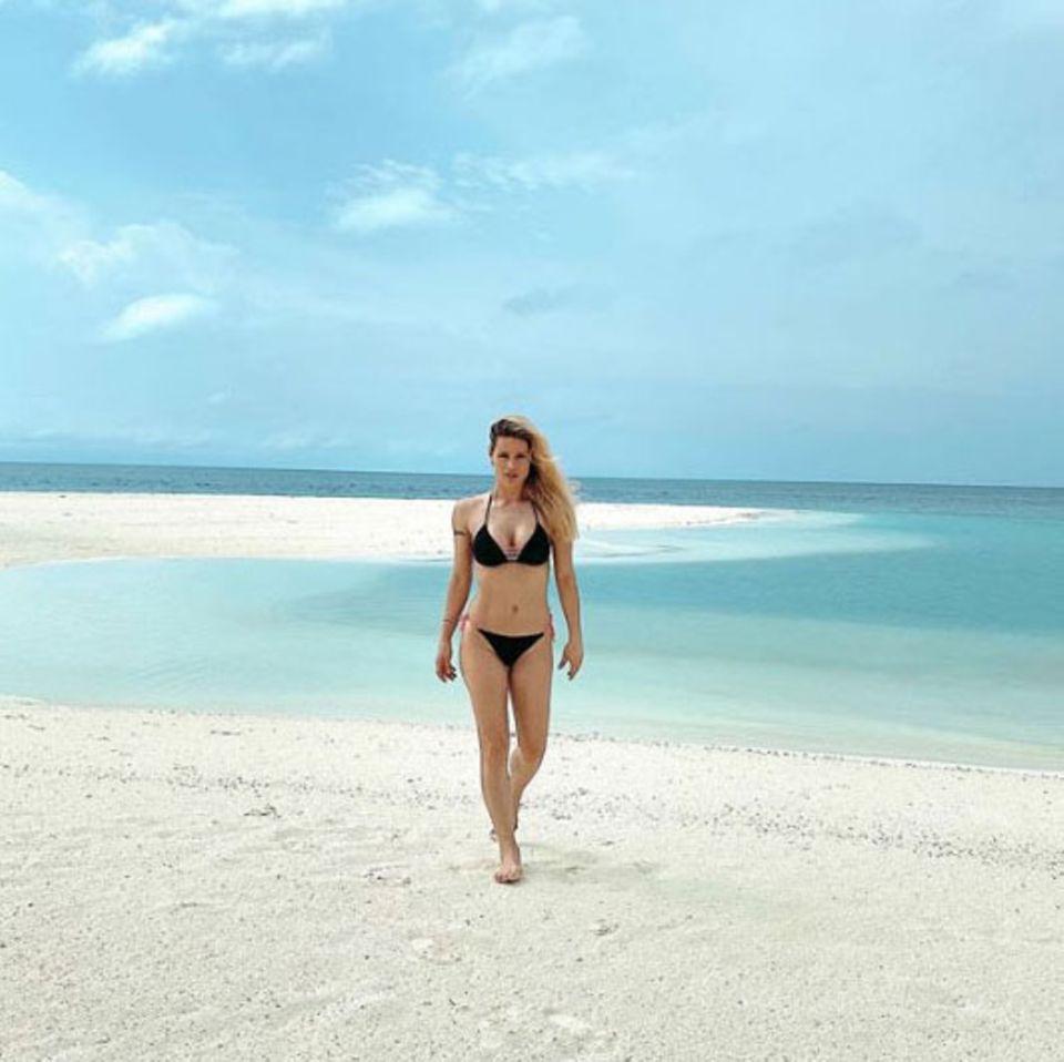 Bei diesem paradiesischen Anblick könnteman gleich doppelt neidisch werden: Michelle Hunziker verbringt ihren Urlaub auf den sonnigen Malediven. Und derweißeTraumstrand bietet eine schöne Gelegenheit, ihren Traumkörper zu präsentieren.