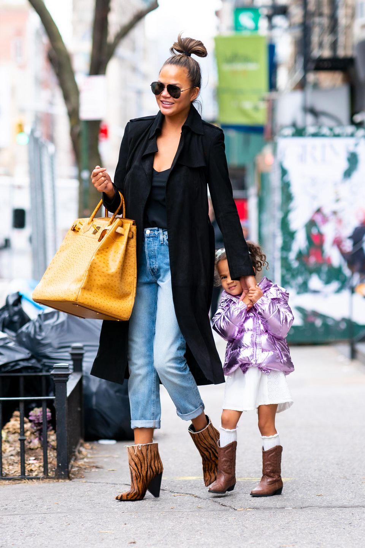20. Februar 2020  Im feschen Stiefel-Partnerlook marschierenChrissy Teigen und ihre süßeTochter Luna durch New York. Obwohl die Kleine den Paparazzo erspäht hat und zaghaft in die Kamera lächelt, bleibt sie lieber hinter Mamas Arm in Deckung. Auch ein kleiner Medienprofi braucht mal eine Auszeit.