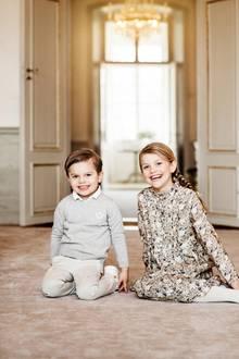 Der schwedische Hof hat neben dem Foto von Estelle noch ein Geschenk für die Fans: Ein neues Geschwisterbild von ihrund ihrem kleinen Bruder Oscar! Glücklich lachen die beiden royalen Kinder in die Kamera. Dabei fällt auf: Oscar sieht seinem Papa immer ähnlicher!