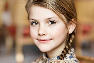 23. Februar 2020  Happy Birthday, Prinzessin Estelle! Die Tochter von Prinzessin Victoria und Prinz Daniel wird heute schon acht Jahre alt. Zu ihrem Ehrentag veröffentlicht der Palast dieses neue, schöne Porträt der Kleinen.