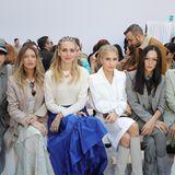 """Die Front Row der """"Max Mara""""-Schau war dafür umso farbenfroher. Die zwei Bloggergrößen Chiara Ferragni und Caro Daur sitzen Seite an Seite."""
