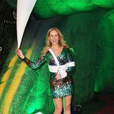 """Trotz kleinem Handicap zeigt sich Moderatorin Katja Burkard in Feierlaune. Im grünenGlitzer-Kleid betritt sie beim""""Garden of Eden""""-Event das Party-Paradies."""