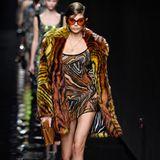 Kein Laufsteg führt mehr an Topmodel Kaia Gerber vorbei. Im mondänen Sixties-Look zeigt sie bei der Versace-Show, was sie kann.