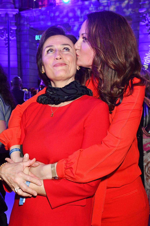 """Ladies in Red: Bei der """"ARD Blue Hour"""" Berlinale-Partyim Museum für Kommunikation gibt es von Natalia Wörner ein Küsschen für Sandra Maischberger."""