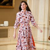 """Königin Letizia läutet bei den Audienzen im Palast den Frühling schon einmal ein. Gut gelaunt kommt sie geblümten """"Hugo Boss""""-Kleid zum offiziellen Termin. Neckischkombiniert sie zu dem sommerlichen Look rote Lederpumps."""