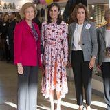 """Obwohl das Kleid so frisch und neu wirkt, ist es tatsächlich ein Mode-Recyler. Bei dem Besuch des """"Rastrillo Nuevo Futuro"""" mit ihrer Schwiegermutter Königin Sofia im November, trägt sie das florale Kleid von Hugo Boss schon einmal."""