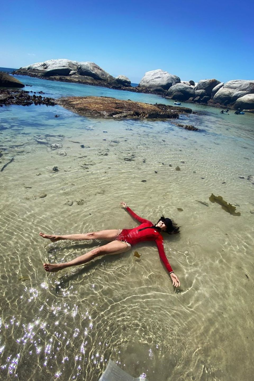 22. Februar 2020  Einfach mal treiben lassen... Das denktsich auch Schauspielerin Nina Dobrev und genießt ihreAuszeit am Strand von Kapstadt.
