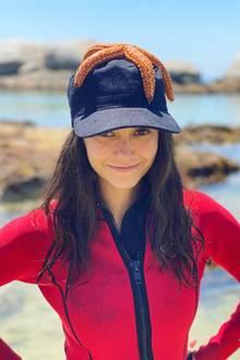 """22. Februar 2020  Stern trifft auf Star: Nach dem Badevergnügenkrönt ein äußerst ansehnlicher Meeresbewohner das Haupt der """"Vampire Diaries""""-Darstellerin."""