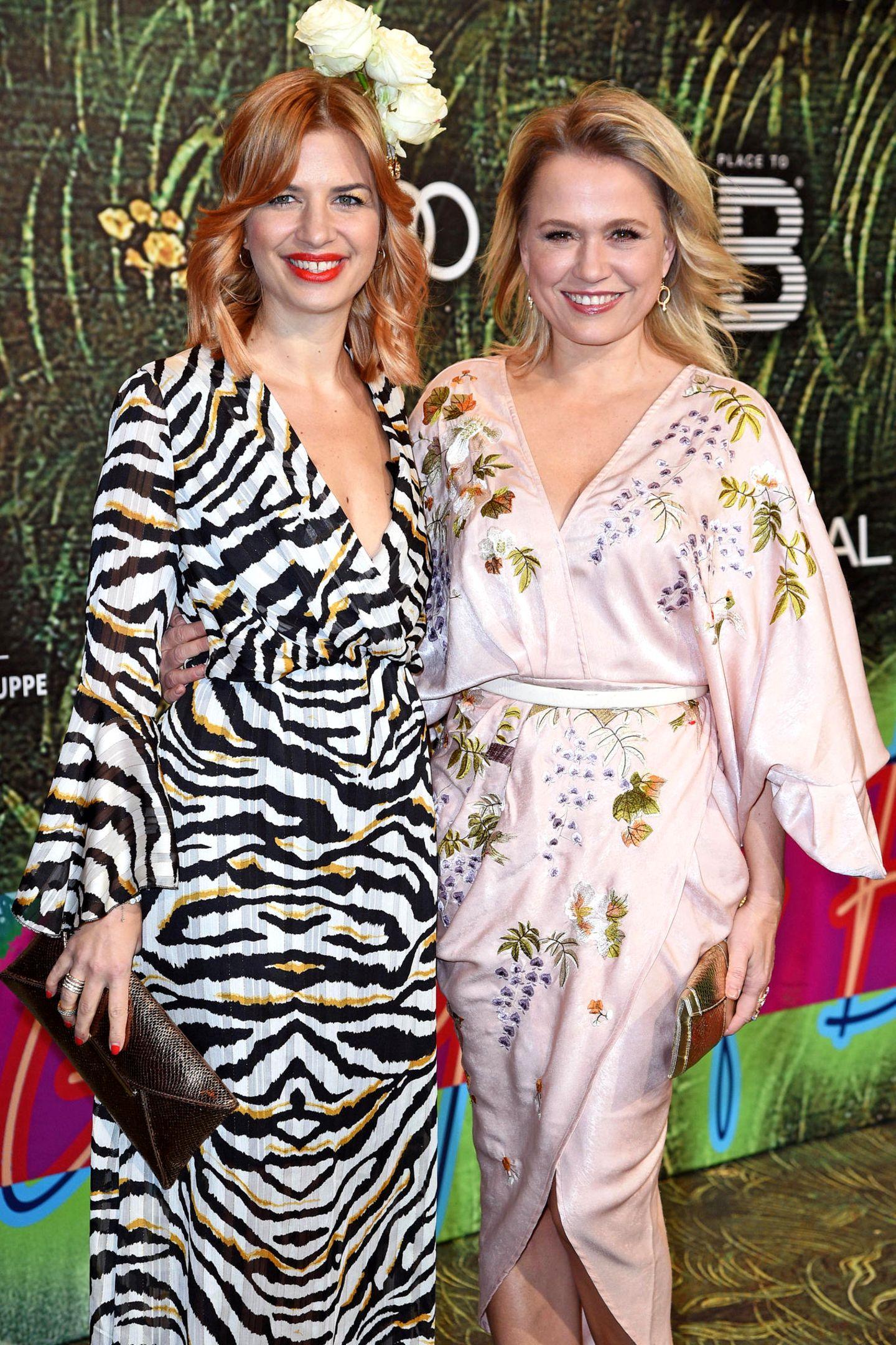 Im fröhlichen Dschungel-Outfit genießen Susan Sideropoulos undNova Meierhenrich den Abend.