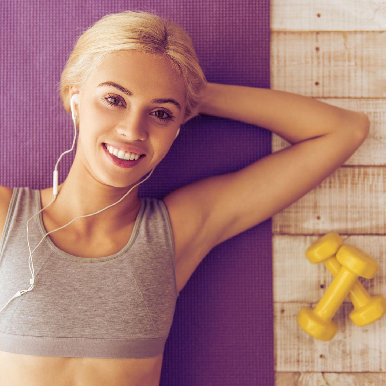 Fitness zu Hause, Fitnessübungen, Fitnesstraining, Hanteln, junge Frau