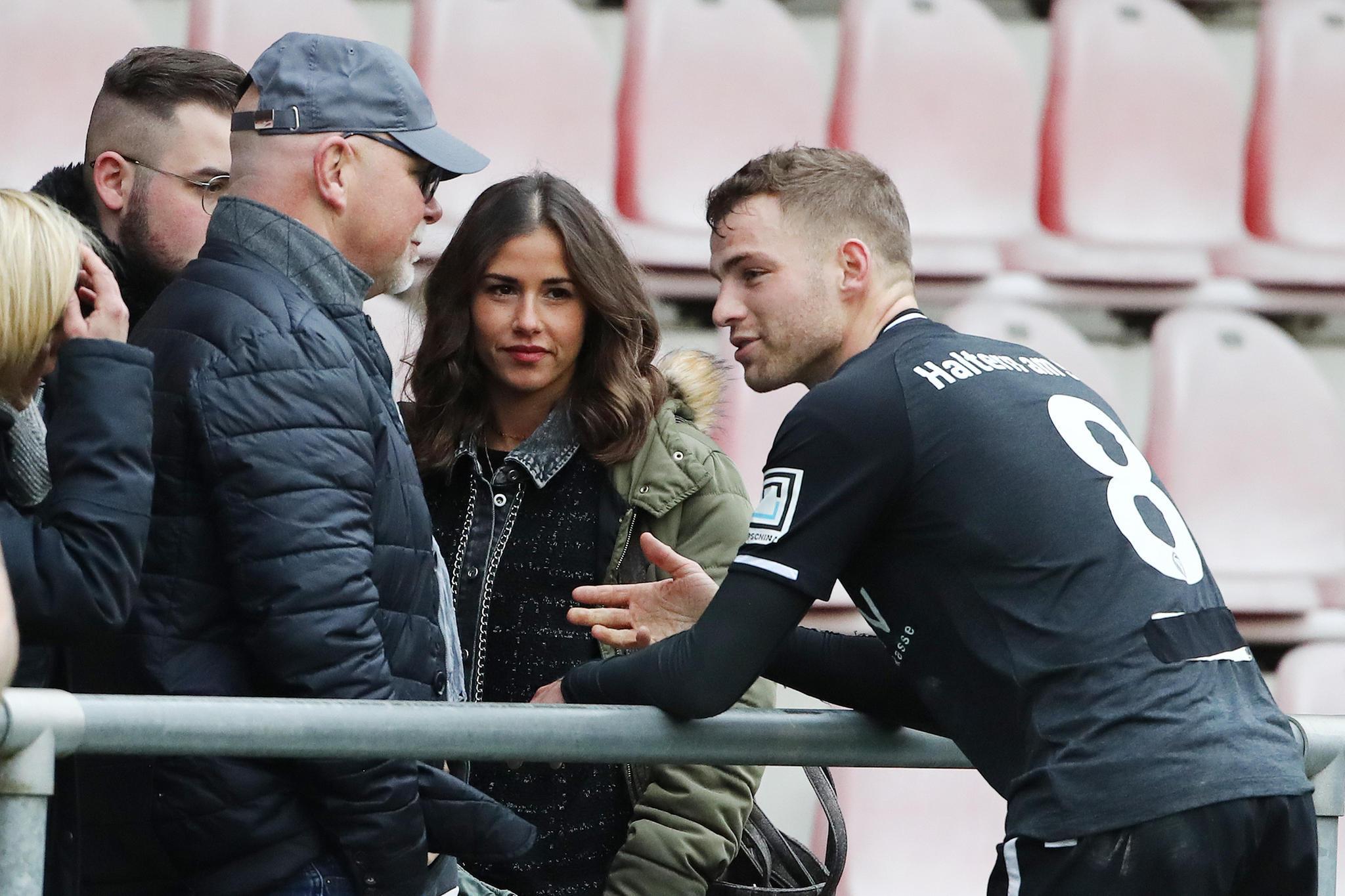 Julian Büscher (TuS Haltern) nach dem Spiel gegen1.FC Köln U23im Gespräch mit Sarah Lombardi und deren Familie.