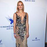 Auch Schauspielerin Pia Stutzenstein wählt eine bodenlange Robe mit Stickereien und tiefem V-Ausschnitt.