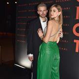 Das Model setzt den tollen Rückenausschnitt ihres Glitzertops perfekt in Szene. Dazu kombiniert sie eine grüne Lederhose.