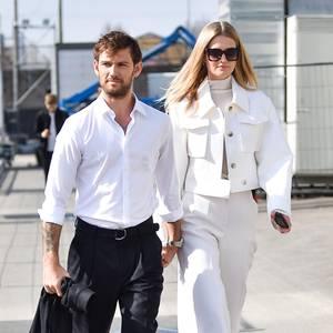 Traumpaar im Anmarsch: Hand in Hand machen sich Alex Pettyfer und Toni Garrn auf den Weg zur Fashion-Show von Boss.