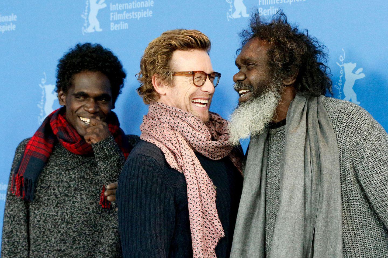 """Richtig viel Spaß haben die SchauspielerJacob Junior Nayinggul, Simon Baker und Witiyana Marikaduring beim Fototermin für ihren Film """"High Ground""""."""