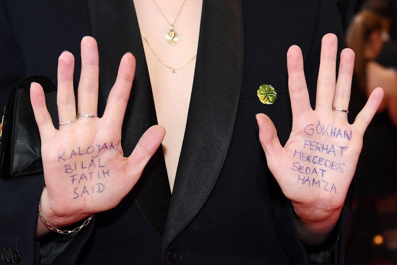 Die SchauspielerinLuisa-Céline Gaffron erinnert auf ihre Weise an die Opfer des rechtsextremen Terroranschlags von Hanau.