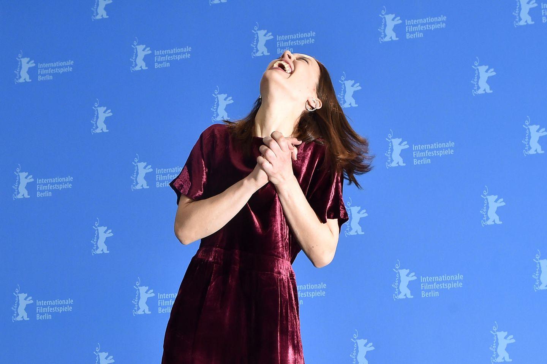 """Paula Beer steckt beim Fototermin für """"Undine"""" alle mit ihrem herzlichen Lachen an."""