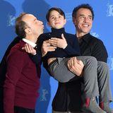 Roberto Benigni, bekannt für seine überschwänglich herzliche Art, drückt seinem kleinen HauptdarstellerFederico Ielapi, getragen vonMatteo Garrone, noch einen Knutscher auf.