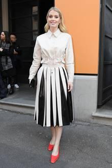 Zur Fashionshow von Tod's kommt Lady Kitty Spencer ganz schlicht in Beige-Schwarz- nur an ihren Füßen leuchtenroten Schuhe.