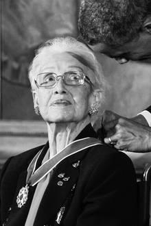 """24. Februar 2020: Katherine Johnson (101 Jahre)  Ein filmreifes Leben ist zu Ende gegangen:Die berühmte Mathematikerin, die mit ihrer Arbeit an Flugbahn-Berechnungen maßgeblich zum Erfolg des Mercury-Programm der NASA und der ersten Mondlandung beigetragen hat, ist im hohen Alter von 101Jahren in Hampton, Virginia verstorben. Sie wurde 2015 für ihre Arbeit nicht nur von Barack Obama mit der Freiheitsmedaille des Präsidenten ausgezeichnet, ihre Geschichte wurde 2016 in dem Hollywood-Erfolg """"Hidden Figures"""" verfilmt."""