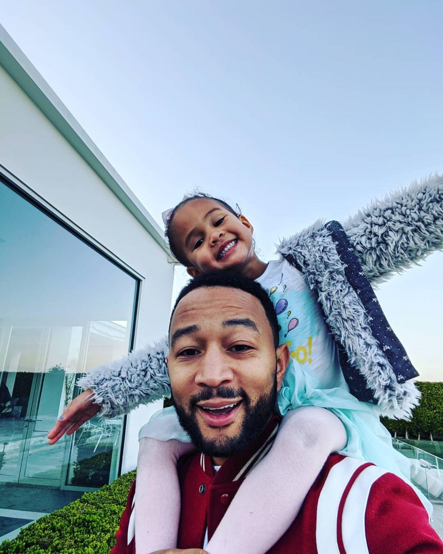 John Legend trägt seine Tochter Luna auf den Schultern