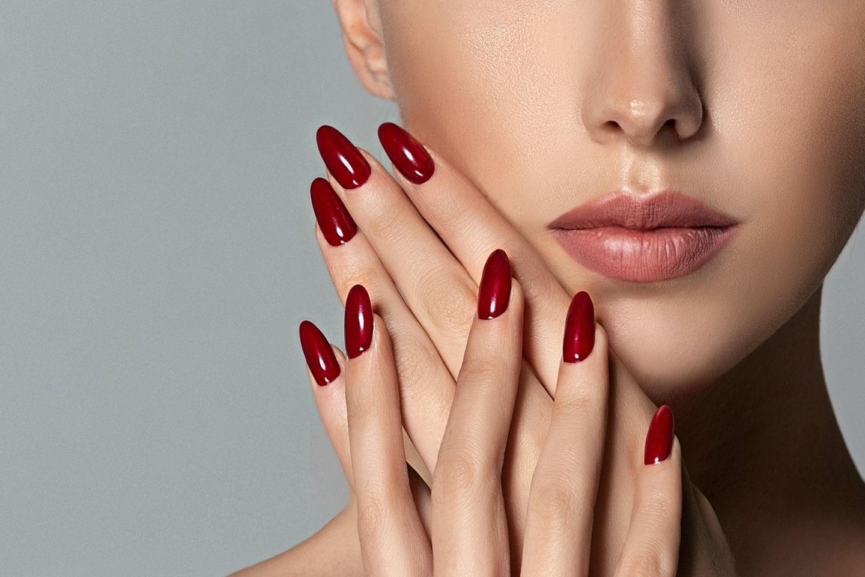 Frau mit roten Fingernägeln