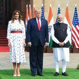 Es ist der zweite Tag ihrer Indienreise: Melania Trump trägt ein weißes Kleid mit Blumenstickerei. Es stammt von Designerin Carolina Herrera und kostet rund 2.800 Euro. Ein roter Gürtel betont ihre schmale Taille, dazu kombiniert sie weiße Pumps.