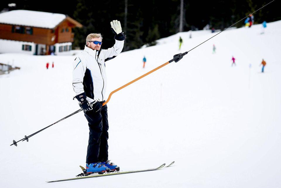 Willem-Alexander lässt sich vom Skilift ziehen
