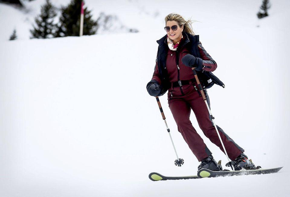 Máxima fährt auf Skiern den Hang herunter