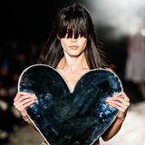 Rockige Elemente treffen auf romantische Symbolik. Bei derKimhekim-Show steht das Herz im Fokus.