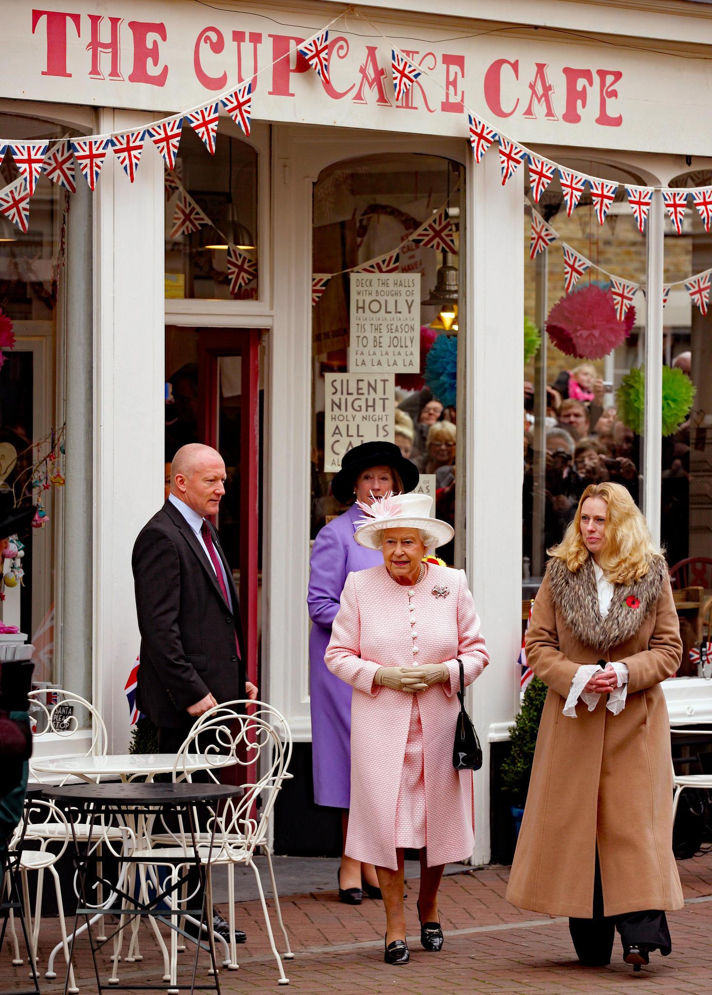 Queen Elizabeth besucht einen Cup-Cake-Shop im englischenMargate