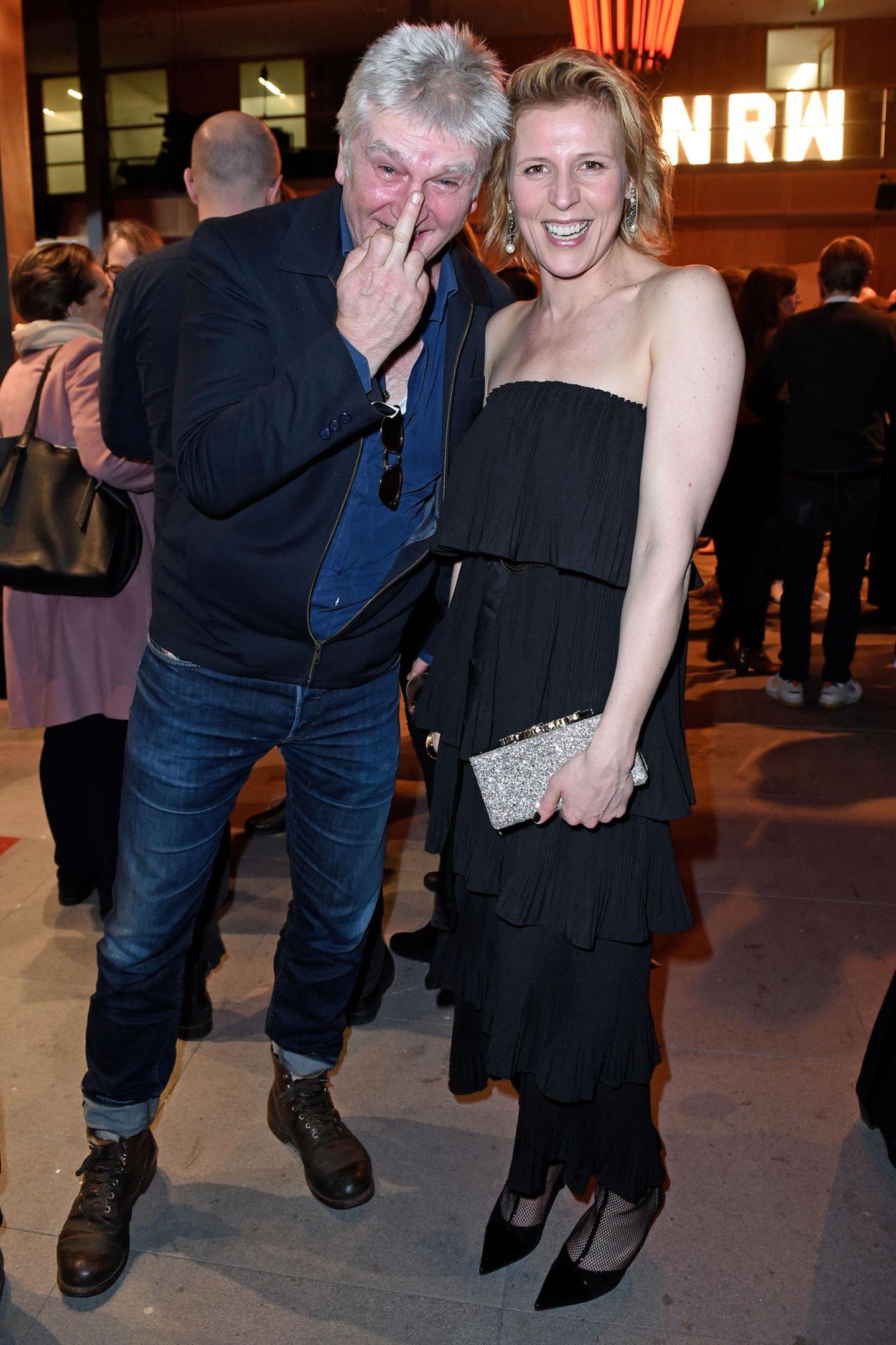 """Das """"Bibi und Tina""""-Serien Team Detlev Buck und Franziska Weisz ist immer zu Scherzen aufgelegt. Der Regisseur zeigt sehr direkt, was er davon hält, fotografiert zu werden."""