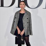 """Stilsicher imFrench-Look kommt """"Vampire Diaries""""-Schauspielerin Nina Dobrev zu Dior. Die passende Dior-Tasche natürlich als Must-have immer mit dabei."""