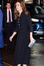 """Duchess Glitter! Bei ihrem Besuch der Charity-Aufführung von """"Dear Evan Hansen"""" zugunsten der """"Royal Foundation"""" im Noel Coward Theater in London setzt Catherine auf auffällige Accessoires. Zum wadenlangen Tweed-Mantelkleid mit Kellerfalten von Eponine Londonkombiniert sie Glitzer-Heels und eine Glitzer-Clutch. Die Haare trägt Kate am Abend offen und wellig über die Schultern fallend.Das Make-up ist ungewohnt: Die 37-Jährige zeigt sich mit einem starken Lidstrich, der ihre Augen betont."""