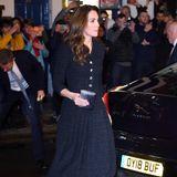 Die glitzernden Heels, die Kate im Theater trägt, sind von Jimmy Choo und stehen der Herzogin so ausgezeichnet, dass sie sie schon mehrfach ausgeführt hat. Auf Strümpfe verzichtet Catherine an dem Abend und trotzt den eisigen Temperaturen in der britischen Hauptstadt. Getreu dem Motto: Wer schön sein will ...