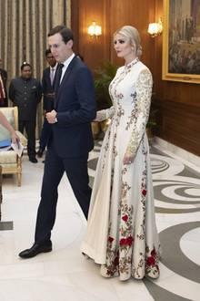 Für das Staatsbankett in Neu-Delhi präsentiert sich Ivanka in einer besonders aufwendigen Robe. Die Kreation mit floralen Design-Elementen und Spitzen-Einsätzen stammt aus der Feder des indischen Designers Rohit Bal und schmeichelt der 38-Jährigen wirklich sehr.