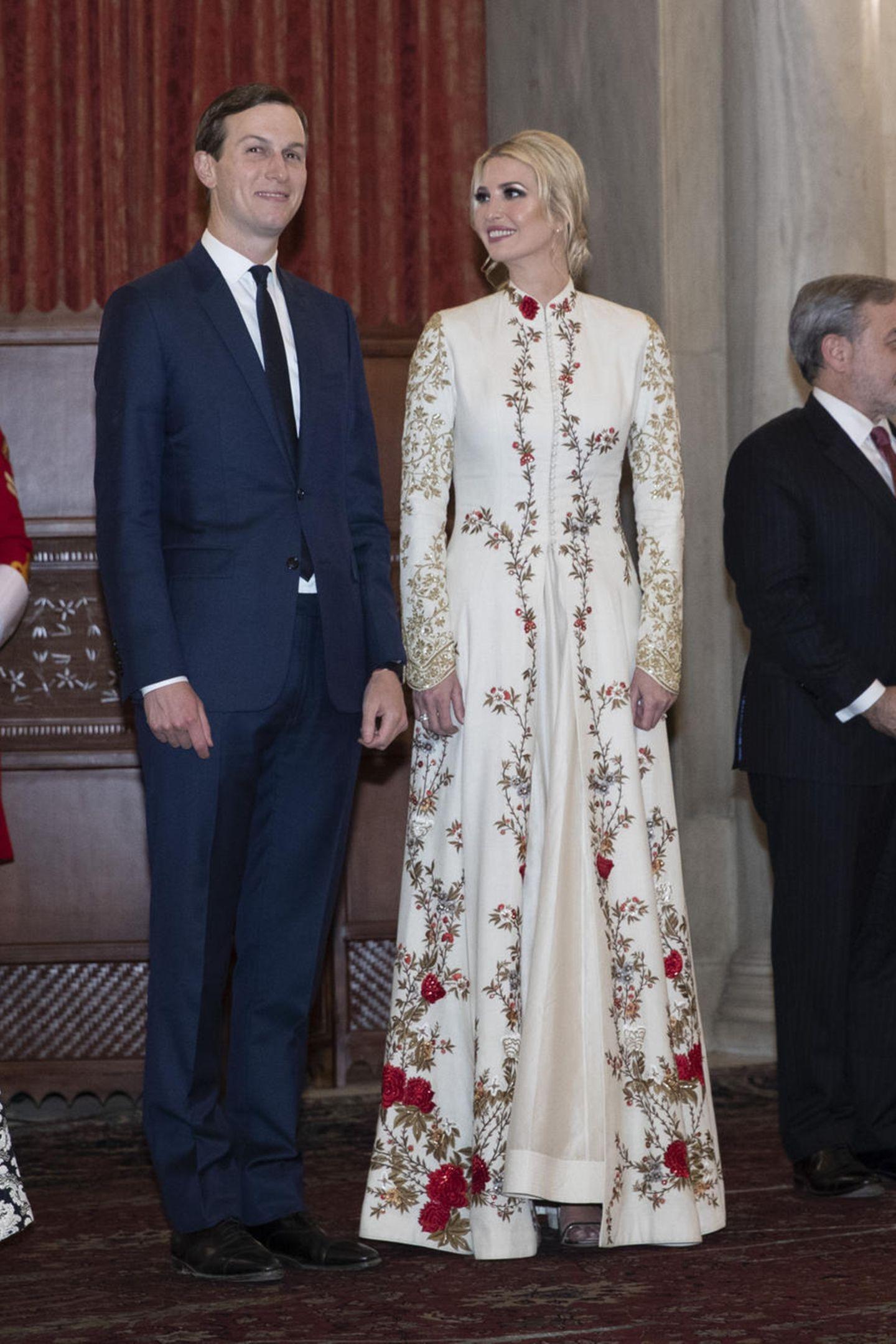 Ab Taillenhöhe fällt die Robe leicht auf und zaubert Ivanka eine wunderschöne Silhouette. Ein tiefgebundener Chignon und Smokey Eyes runden den Look der Dreifach-Mama ab.
