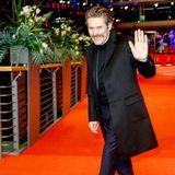 Willem Dafoe winkt auf dem roten Teppich der Berlinale