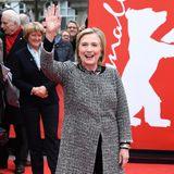 Hillary Clinton winkt auf dem roten Teppich bei der Berlinale