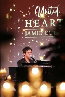 """25. Februar 2020  Zugunsten der Deutschen Schlaganfallhilfe findet die """"United Hearts Gala"""" imTitanic Hotel in Berlin statt. Auf Einladung derPräsidentin der OrganisationLiz Mohn feiern rund 150 Gäste aus Politik, Wirtschaft und Kultur bei einem exklusiven Dinner. Für musikalische Unterhaltung sorgt dabei kein Geringerer als Singer-Songwriter Jamie Cullum."""