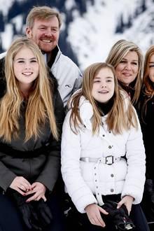 Die niederländische Königsfamilie zeigt sich beim traditionellen Wintershooting: König Willem-Alexander, Königin Máxima undihreTöchter Prinzessin Amalia, Prinzessin Ariane und Prinzessin Alexia strahlen um die Wette.