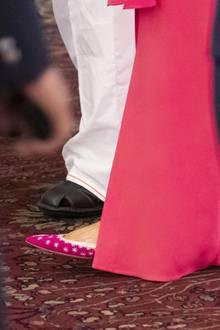 ... zum Abendkleid wählt Melania Trump nicht wie sonst ihre geliebten Manolo Blahnik Pumps, sondern flache, farblich abgestimmte Ballerinas des LabelsAquazzura für umgerechnet fast 700 Euro.
