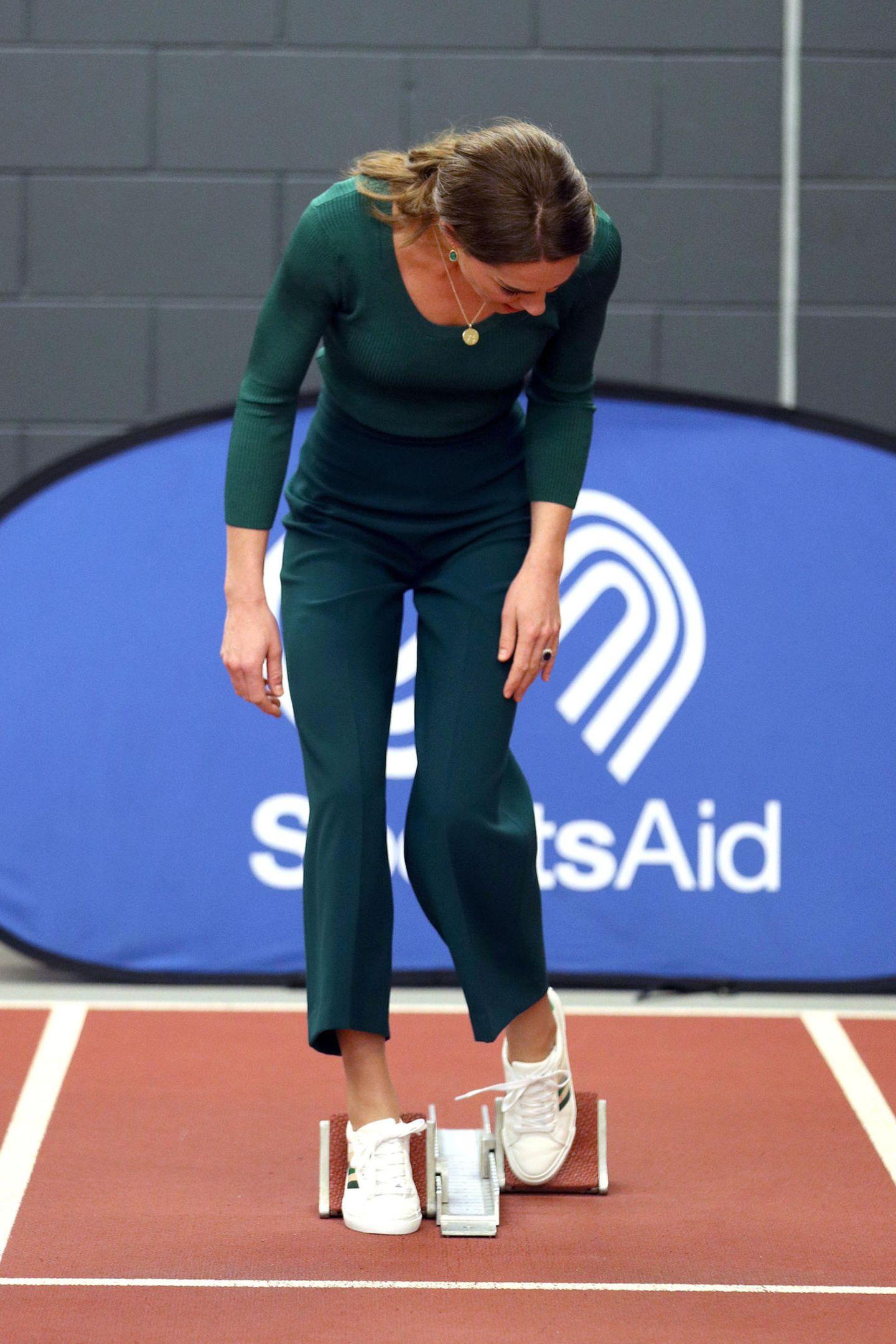 """Auf die Plätze, fertig, los!, hieß es für Herzogin Catherine heute bei einem """"SportsAid Stars""""-Event in London. In einem eleganten Outfit beweist die Dreifach-Mama Stilsicherheit und Sportlichkeit."""