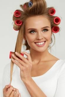 Lockenwickler, Locken machen, junge Frau, Haarstyling
