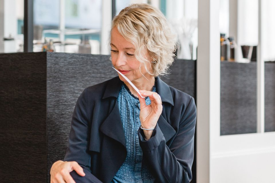 Parfümeurin Alexandra Kalle bei der Arbeit.