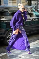 Hailey Bieber hat bei der Paris Fashion Week ihre Schrittlänge nicht ganz der Höhe ihres Rockschlitzes angepasst - Fotografen hatten freie Sicht auf Schritt und Mini-Slip.
