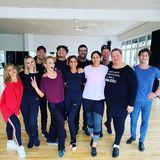 """Dafür, dass das Tanztraining ganz schön anstrengend sein, ist die """"Let's Dance""""-Family noch ziemlich gut drauf. Profitänzer Valentin Lusin postete dieses Gruppenbild auf Instagram."""