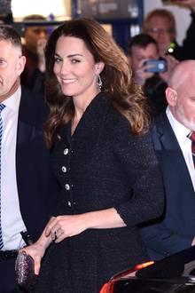 """Herzogin Kate kommtzur Charity-Aufführung """"Dear Evan Hansen"""" im Noel Coward Theater mit auffälligen Glitzer-Accessoires. Zu demglamourösen Zierwerk gehören auch Diamant-Ohrringe in Form eines Kronleuchters, die die Duchess of Cambridge von der Queen höchst persönlich leihen durfte."""
