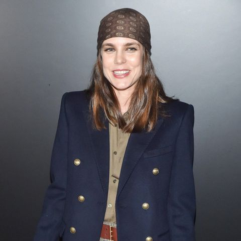 Denn sogenannte Piraten-Kopftücher kennen wir eigentlich aus den 90er Jahren. Doch dank Gigi und Bella Hadid sowie Charlotte Casiraghi feiert das Hingucker-Accessoire gerade wieder sein Comeback. Für Charlotte ist es jedenfalls ein ungewohnter Look, den die hübsche 33-Jährige jedoch mit Bravour präsentiert.