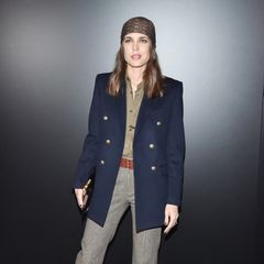 Auf den Red-Carpets dieser Welt, setzt Charlotte Casiraghi eher auf den klassischen Look. Für die Saint Laurent Fashion-Show in Paris wählt sie jedoch zum blauen Longblazer und zur karierten Culotte ein Accessoire, welches siein Windeseile zum Trendsetterverwandelt.
